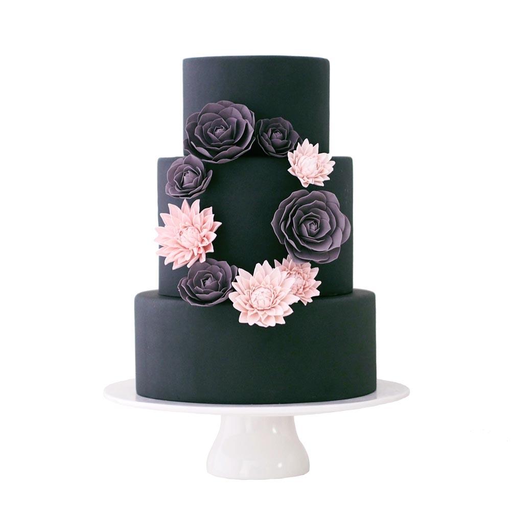 Zwarte Fondant Bruidstaart met Suikerbloemen Krans