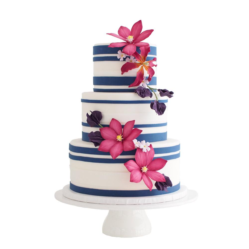 Donkerblauwe Gestreepte Fondant Bruidstaart met Roze Suikerbloemen